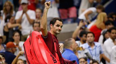 Petenis Swiss, Roger Federer meninggalkan lapangan usai dikalahkan John Millman dari Australia pada babak 16 besar AS Terbuka 2018 di New York, (4/9). Federer kalah dari John Millman 3-6, 7-5, 7-6 (9-7), 7-6 (7-3). (AP Photo/Jason DeCrow)