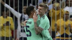 Gelandang Real Madrid, Toni Kroos berselebrasi dengan rekannya Raphael Varane usai mencetak gol ke gawang Valencia pada pertandingan semifinal Piala Super Spanyol di stadion King Abdullah di Jiddah, Arab Saudi, Rabu, (8/1/2020). Madrid menang 3-1 atas Valencia. (AP Photo/Hassan Ammar)