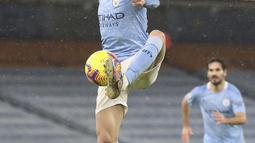 Gelandang Manchester City, Phil Foden mengontrol bola saat bertanding melawan Aston Villa pada pertandingan lanjutan Liga Inggris di Stadion Etihad, Kamis (21/1/2021). Tambahan tiga angka membawa Man City ke puncak klasemen dengan 38 poin. (Martin Rickett/Pool via AP)