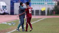 Pelatih Timnas Indonesia U-19, Indra Sjafri memeluk Saddil Ramdani saat bertanding melawan Brunei Darussalam pada Piala AFF U-18 di Stadion Thuwunna, Myanmar, Rabu (13/9/2017). Indonesia menang 8-0 atas Brunei Darussalam. (Liputan6.com/Yoppy Renato)