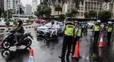 Polisi melakukan pengalihan arus lalu lintas terkait Malam Munajat 212 di Medan Merdeka Barat dan Utara, Jakarta, Kamis (21/2). Arus lalu lintas di sekitar kawasan Monas akan ditutup untuk mencegah kemacetan. (Liputan6.com/Faizal Fanani)