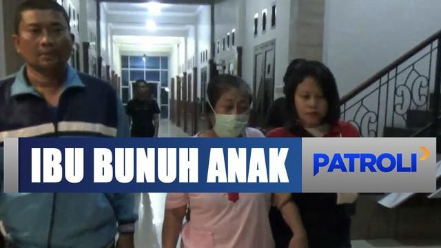 Polisi membawa tersangka ke Rumah Sakit Amelia Kediri untuk menjalani pemeriksaan kejiwaan.