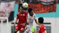 Gelandang Persija Jakarta, Riko Simanjuntak, duel udara dengan gelandang Bali United, Miftahul Hamdi, pada laga Piala Indonesia 2019 di Stadion Wibawa Mukti, Minggu (5/5). Persija menang 1-0 atas Bali United. (Bola.com/M Iqbal Ichsan)