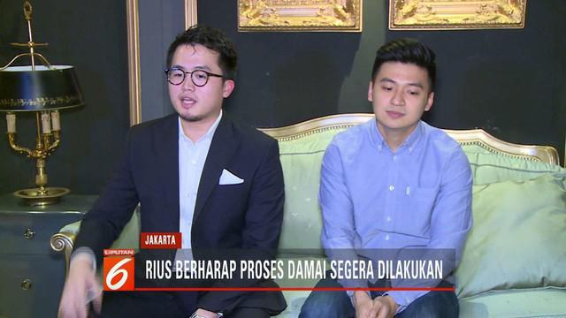 Youtuber Rius Vernandes yang viral karena mengunggah menu makanan tulis tangan bertemu Garuda Indonesia untuk menyelesaikan kasus secara kekeluargaan.