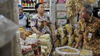 Gubernur Jateng Ganjar Pranowo (kanan) di Pasar Johar, Semarang. (AntaraFoto)