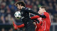 Pemain Bayern Munchen, Sebastian Rudy berebut bola dengan pemain Paris Saint-Germain, Adrien Rabiot pada matchday keenam Grup B Liga Champions di Stadion Allianz Arena, Rabu (6/12). Bayern memenangi laga atas PSG dengan skor 3-1. (AP/Matthias Schrader)