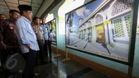 Wakil Presiden Jusuf Kalla (JK) meninjau Mesjid Raya Bukaka Watampone, Makassar, Sabtu (6/6/2015). JK melihat gambar Masjid Raya Bukaka yang akan direnovasi. (Liputan6.com/Faizal Fanani)