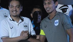 CEO PSIS Semarang, Yoyok Sukawi (kiri) bersama kapten tim Hari Nur Yulianto. (Bola.com/Vincentius Atmaja)
