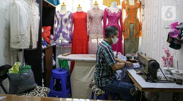 Penjahit menjahit pakaian di Pasar Mayestik, Jakarta, Selasa (11/5/2021). Menjelang Lebaran, pesanan jahitan turun sebesar 50 persen akibat pandemi COVID-19 serta larangan pemerintah terkait mudik luar kota dan mudik lokal. (Liputan6.com/Faizal Fanani)