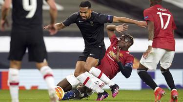 Gelandang Manchester United, Paul Pogba (kanan) berusaha menghadang gelandang Granada Yangel Herrera dalam leg kedua perempat final Liga Europa di Stadion Old Trafford, Jumat dinihari WIB (16/4/2021). MU menunjukkan dominasinya atas Granada usai mencatat kemenangan 2-0. (AP Photo/Dave Thompson)