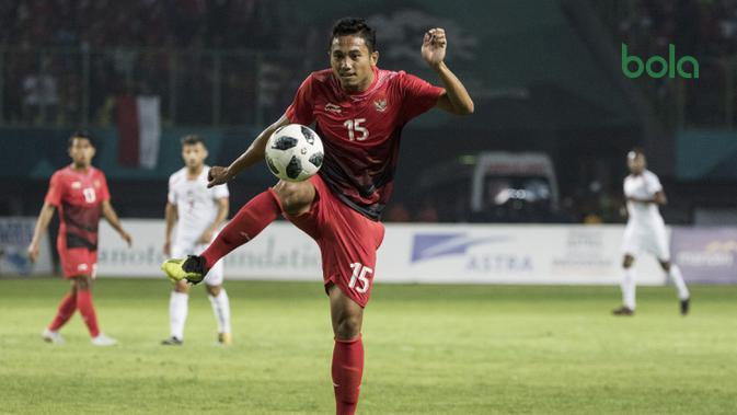 Bek Indonesia, Ricky Fajrin, saat melawan Palestina pada laga Asian Games di Stadion Patriot, Jawa Barat, Rabu (15/8/2018). Indonesia takluk 1-2 dari Palestina. (Bola.com/Vitalis Yogi Trisna)