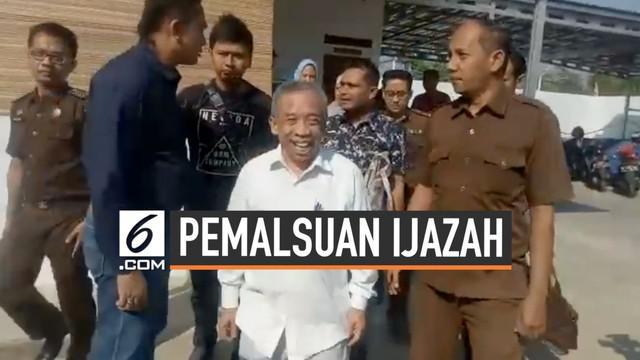 Pelawak Qomar tersandung kasus dugaaan pemalsuan ijazah S1 dan S2. Rabu (26/6) pagi ia buka suara saat mendatangi kejaksaan negeri Brebes Jawa Tengah.