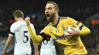 Striker Juventus Gonzalo Higuain merayakan gol ke gawang Tottenham Hotspur pada leg kedua babak 16 besar Liga Champions, di Wembley, Rabu (7/3/2018). (AFP/Glyn Kirk)