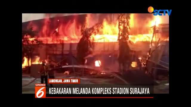Selain melahap tumpukan kayu yang berada di luar dinding stadion, api juga menghanguskan sisa kayu yang berada di lorong tribun.