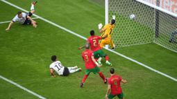 Pada babak pertama, Jerman langsung memberikan kejutan lewat gol cepat lewat aksi Robin Gosens. Sayangnya gol ini dianulir oleh wasit setelah meninjau VAR, bahwa Serge Gnabry dinyatakan offside. (Foto: AP/Pool/Matthias Hangst)
