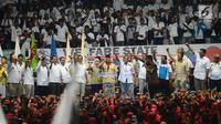 Ketua Umum Partai Gerindra Prabowo Subianto berkumpul bersama ribuan buruh  yang tergabung dalam Konfederasi Serikat Pekerja Indonesia (KSPI) saat peringatan May Day Nasional di Gedung Istora Senayan, Jakarta, Selasa (1/5). (Merdeka.com/Imam Buhori)