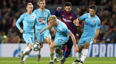Penyerang Barcelona, Lionel Messi berusaha melewati pemain Slavia Praha, Michal Frydrych dan Ondrej Kudela pada pertandingan lanjutan Grup F Liga Champions di stadion Camp Nou, Spanyol (5/11/2019). Barcelona bermain imbang 0-0 atas Slavia Praha. (AP Photo/Joan Monfort)