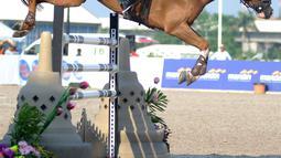 Atlet ketangkasan berkuda Qatar, Althani Al mengendalikan kuda yang bernama Sirocco  saat final round 1 individual jumping Asian Games 2018 di Jakarta Kamis (30/8). Sirocco merupakan kuda termahal yang tampil di Asian Games 2018. (Merdeka.com/Arie Basuki)