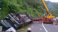 Bangkai bus pariwisata Sang Engon diangkat menggunakan crane. (Liputan6.com/Edhie Prayitno Ige)