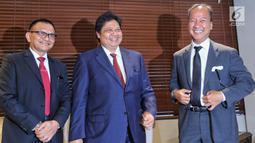 Ketua Umum Partai Golkar Airlangga Hartarto (tengah), Menteri Sosial Agus Gumiwang (kanan) dan Sekjen Partai Golkar Lodewijk Paulus (kiri) berbincang saat konferensi pers terkait mundurnya Idrus Marham di Jakarta, Jumat (24/8). (Liputan6.com/JohanTallo)