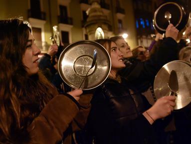 Demonstran melakukan mogok kerja dengan menggelar protes untuk memperingati Hari Perempuan Internasional di Pamplona, Spanyol, Kamis (8/3). Kaum wanita itu melawan kekerasan, pelecehan dan ketimpangan upah dengan turun ke jalan. (AP/Alvaro Barrientos)
