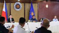 Presiden Filipina Rodrigo Duterte (tengah) menyampaikan pidato di Istana Presiden Malacanang, Manila, Kamis (12/3/2020). Filipina menutup akses ke dan dari Manila dengan penghentian perjalanan domestik via darat, laut, dan udara. (Richard Madelo/Malacanang Presidential Photographers Division via AP)