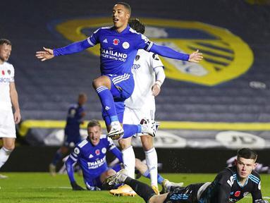 Pemain Leicester City, Youri Tielemans, melakukan selebrasi usai mencetak gol ke gawang Leeds United pada laga Liga Inggris di Stadion Elland Road, Senin (2/11/2020). Leicester City menang dengan skor 4-1. (AP/Jon Super)