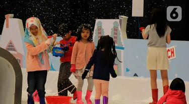 Anak-anak bermain di taman es ICEFest 2019 di ICE BSD City, Tangerang, Banten, Kamis (19/12/2019). ICEFest 2019 berlangsung pada tanggal 19-29 Desember. (merdeka.com/Magang/Muhammad Fayyadh)