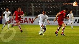 Firman Utina berhasil mengecoh barisan pertahanan United Red (Liputan6.com/Helmi Fithriansyah)