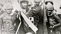 Tentara Indonesia merebut bendera Portugis atau Portugal dalam fase awal Operasi Seroja di Timor Leste (Wikimedia Commons)