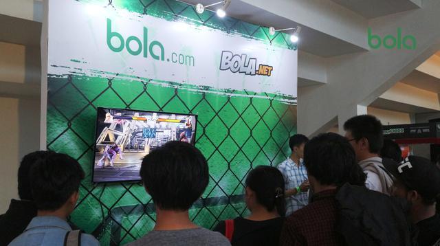 Pengunjung booth Bola.com bermain Tekken 7, sebelum menyaksikan pertarungan ONE Championship di Istora Senayan, Sabtu (19/1/2019). (Bola.com/Wiwig Prayugi)