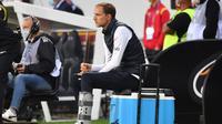 Pelatih PSG, Thomas Tuchel, memperhatikan pemainnya saat menghadapi Lens pada laga Liga Prancis di Stadion Bollaert-Delelis, Jumat (11/9/2020). PSG kalah 0-1 atas Lens. (AFP/Denis Charlet)
