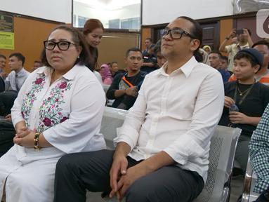 Terdakwa kasus dugaan penyalahgunaan narkotika Tri Retno Prayudati atau Nunung dan suaminya July Jan Sambiran saat menjalani sidang lanjutan dengan agenda mendengarkan keterangan saksi dari JPU di PN Jakarta Selatan, Jakarta, Rabu (9/10/2019). (Liputan6.com/Herman Zakharia)