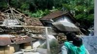 Sejumlah warga yang rumahnya hancur mengungsi ke rumah kerabatnya yang lebih aman.