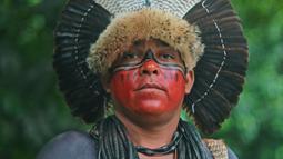 Ekspresi seorang pria dari suku Fulni-o saat berpose untuk difoto di Rio de Janeiro, Brasil (14/4). Sejumlah orang dari suku asli Brasil berkumpul untuk merayakan Indian Day di Rio de Janeiro. (AFP/Carl De Souza)