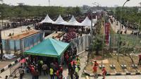 Pintu masuk Stadion Wibawamukti, Cikarang hanya dibuka dua, sehingga terjadi penumpukan penonton (Foto: Ahmad Fawwaz Usman/Liputan6.com)