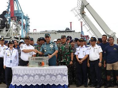 Kapushidrosal Laksda TNI Harjo Susmoro menyerahkan black box bagian Cockpit Voice Recorder (CVR) pesawat Lion Air JT 610 kepada Ketua KNKT Soerjanto Tjahjono di Pelabuhan Tanjung Priok, Jakarta, Senin (14/1). (Liputan6.com/Immanuel Antonius)