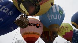 Pasangan pengantin berada di balon udara saat mengikuti Festival Love Cup 2016 di Jekabpils, Latvia (14/2). Sebanyak 50 pasangan pengantin dibagi dalam 27 balon udara terbang bersama mengikat janji cinta mereka. (REUTERS/Ints Kalnins)