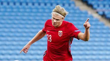 Striker Norwegia, Erling Braut Haaland, melakukan selebrasi usai mencetak gol ke gawang Rumania pada laga UEFA Nations League di Stadion Ullevaal, Minggu (11/10/2020). Norwegia menang dengan skor 4-0. (Stian Lysberg Solum /NTB scanpix via AP)
