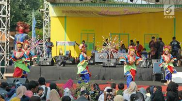 Penari menampilkan tarian denok amprok saat Lebaran Orang Depok di Sawangan, Depok, Jawa Barat, Minggu (7/7/2019). Lebaran Orang Depok baru pertama kali diadakan acara tersebut untuk melestarrikan budaya dan sebagai ajang silaturahmi warga Depok.