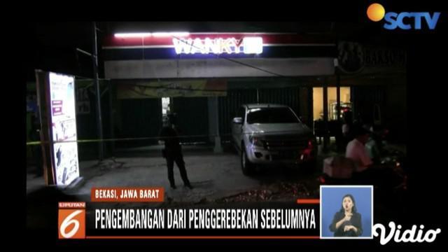 Densus 88 Antiteror Polri olah TKP dan cari barang bukti lain di lokasi bom pipa di gerai ponsel di Bekasi Utara.