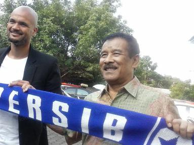 Sergio van Dijk (kiri) berfoto bersama Manager Persib Bandung, Umuh Muchtar di Mess Persib Bandung, Bandung, Rabu (18/5/2016). SvD mundur dari Persib Bandung pada November 2013. (bola.com/Erwin Snaz)