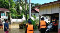 Proses evakuasi korban banjir di Malinau Kalimantan Utara, Minggu (16/5/2021).