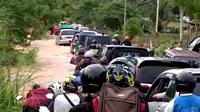 Genangan air di kawasan terdampak Banjir Kota Bengkulu mengakibatkan kemacetan panjang kendaraan bermotor. (Liputan6.com/Yuliardi Hardjo)