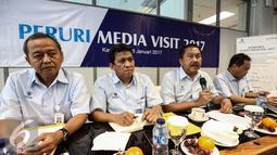 Prasetyo bersama jajarannya saat memberikan keterangan saat Peruri media di kantor Perum Peruri, Karawang, Jawa Barat, Rabu (18/1). Pencetakan bukan di perusahaan swasta seperti isu yang sempat beredar di media sosial. (Liputan6.com/Faizal Fanani)