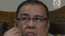 Terdakwa suap pengadaan barang dan jasa di Pemkot Kendari, yang juga Mantan Wali Kota Kendari, Asrun saat menjalani sidang lanjutan di Pengadilan Tipikor, Jakarta, Rabu (8/8). Sidang mendengar keterangan saksi. (Liputan6.com/Helmi Fithriansyah)