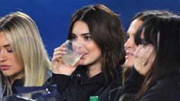 Model Kendall Jenner menikmati minuman saat menyaksikan Los Angeles Rams dan Baltimore Ravens di Los Angeles Memorial Coliseum di Los Angeles, California (25/11/2019). Kendall Jenner datang bersama teman-temannya menyaksikan pertandingan basket tersebut. (Jayne Kamin-Oncea/Getty Images/AFP)