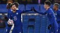 Pemain Chelsea, Jorginho, merayakan gol yang dicetaknya bersama Kai Havertz dalam laga kontra Krasnodar di matchday keenam Grup E Liga Champions, Rabu (9/12/2020) dini hari WIB. Chelsea hanya bermain imbang 1-1 dengan Krasnodar dan tetap lolos ke 16 besar sebagai juara grup. (Ben STANSALL / AFP)