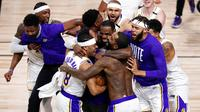 Para pebasket Los Angeles Lakers merayakan gelar juara usai menaklukkan Miami Heat Pada gim keenam final NBA di  AdvenHealth Arena, Senin (12/10/2020). Lakers menang dengan skor 106-93. (AP Photo/John Raoux)