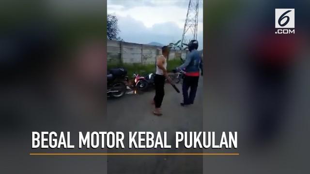 Seorang begal motor kebal terhadap pukulan warga yang berhasil menghentikan aksinya.